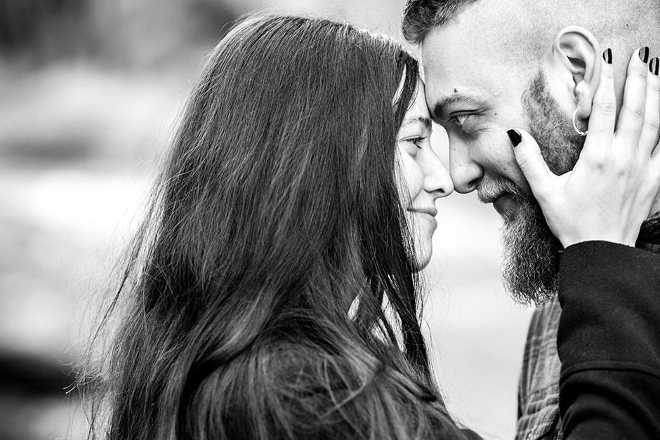 casi beso de parejas
