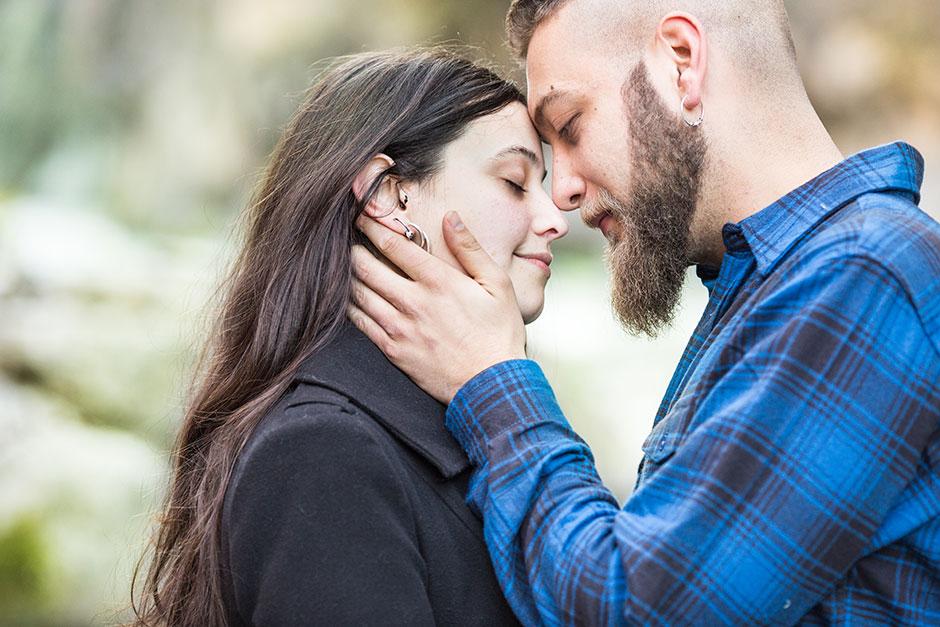 novios besandose