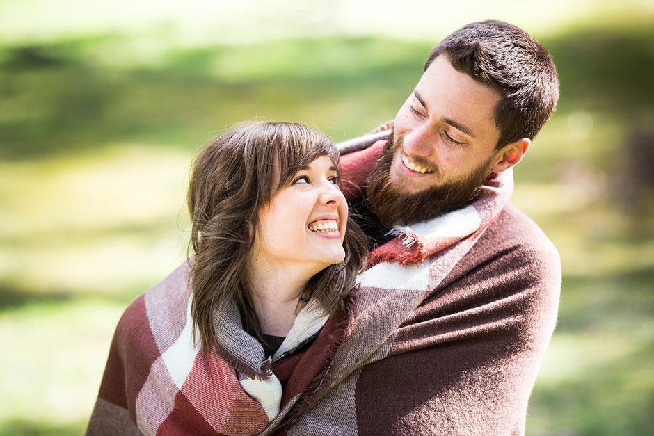 pareja que se mira y sonrie