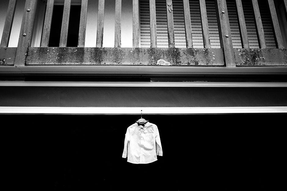 ropa del niño colgada de la pared reportaje de boda en hondarribia