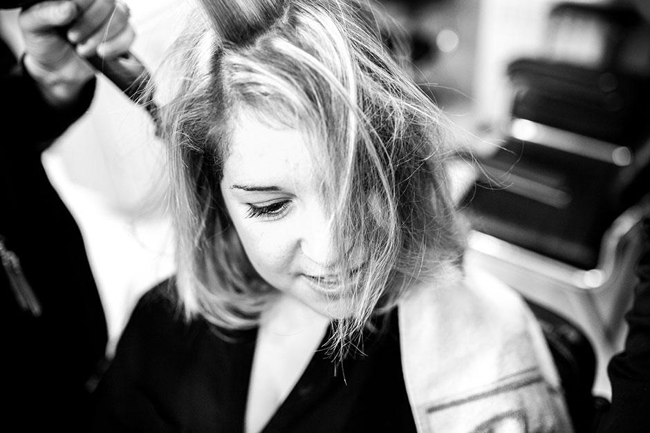 en la peluquería detalle de unas pestañas fotógrafa de bodas en hondarribia