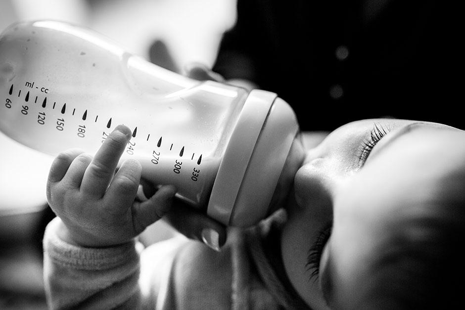 niño bebiendo biberón reportaje de boda en hondarribia