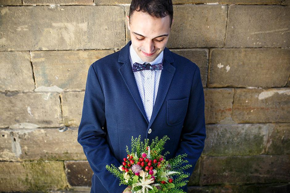 novio agarrando el ramo reportaje de boda en hondarribia