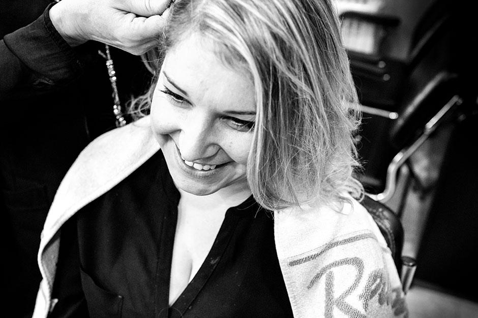 novia en la peluqueria sonriendo reportaje de boda en hondarribia