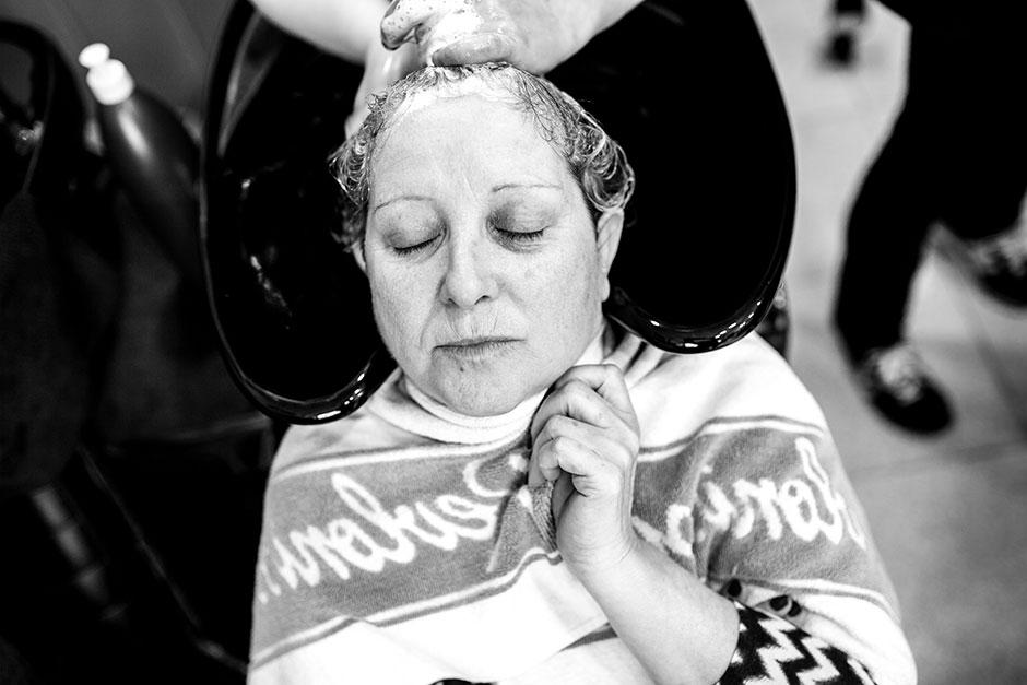 lavando la cabeza a la madre de la novia reportaje de boda en hondarribia