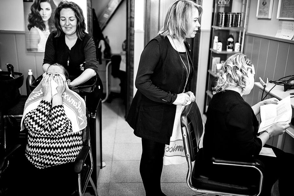 novia recibe una carta y su madre llora reportaje de boda en hondarribia