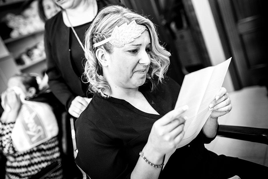 novia recibe una carta reportaje de boda en hondarribia