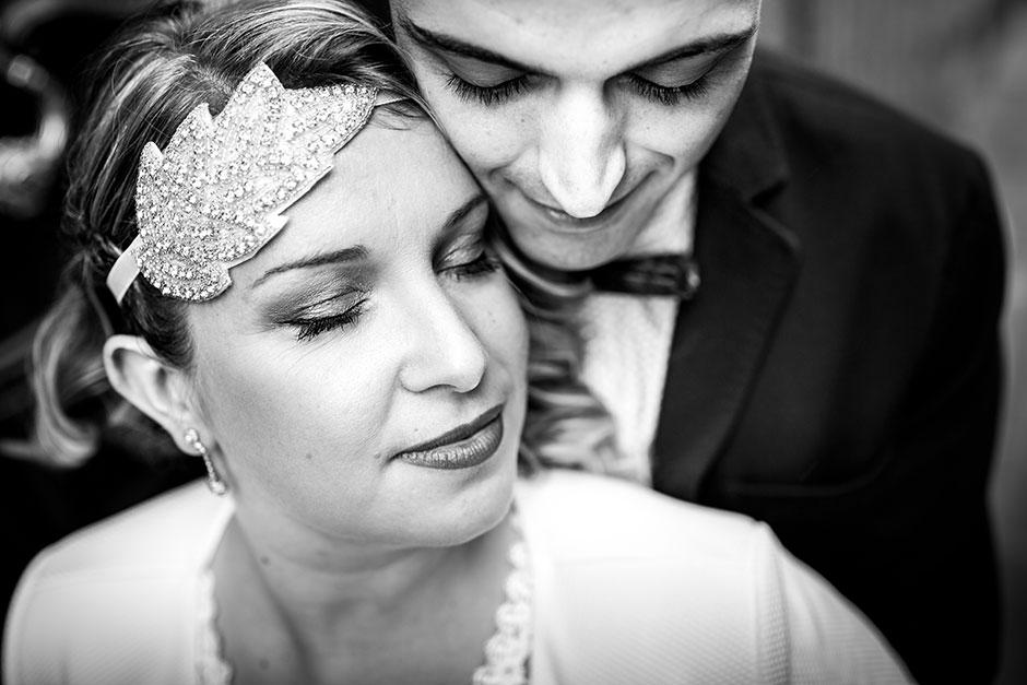 pareja ojos cerrados fotografa de boda en hondarribia