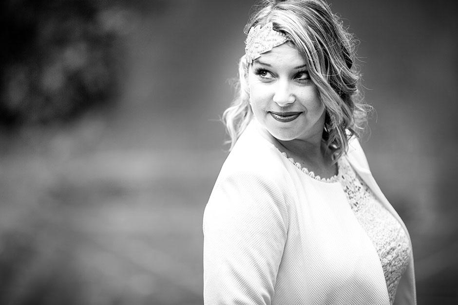 retrato en blanco y negro de una novia en una boda en hondarribia