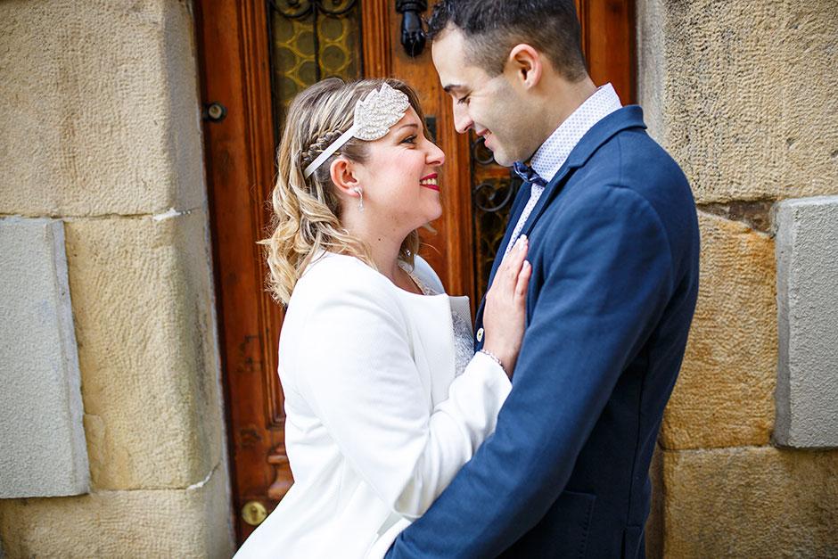 sonrisas entre una pareja fotografa de boda en hondarribia