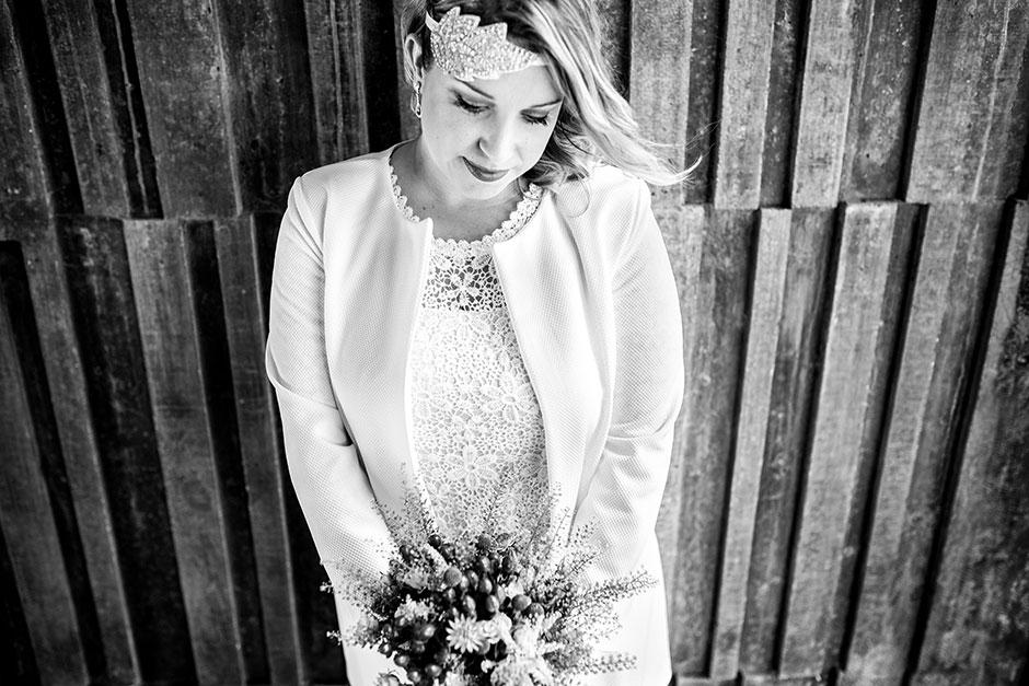 novia mirando al ramo fotografa de boda en hondarribia