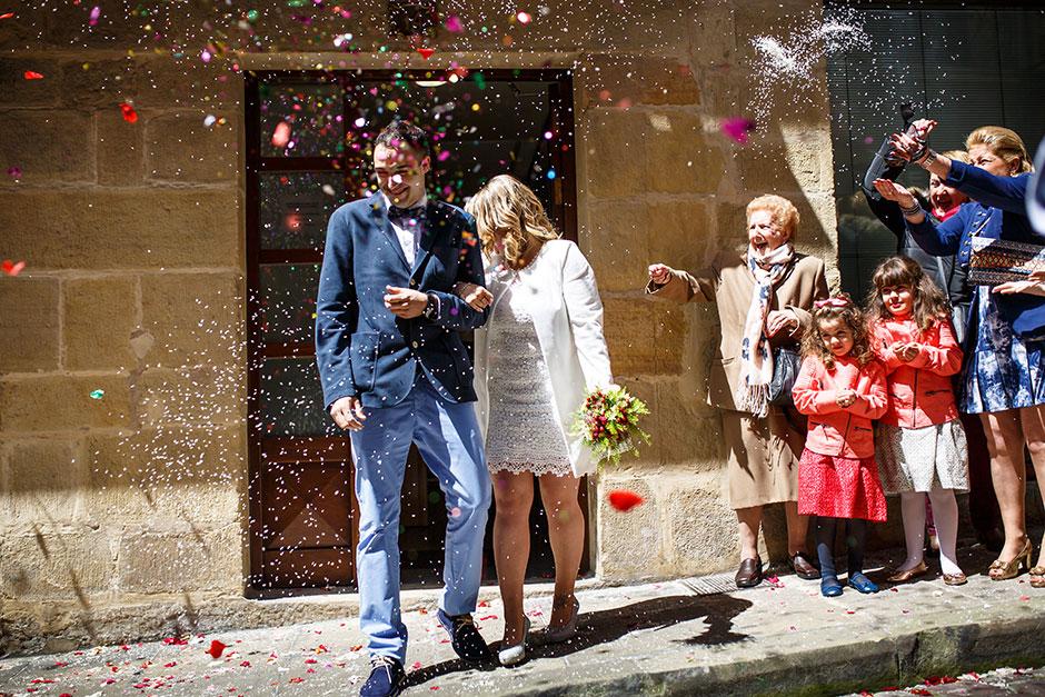 salida de los novios con arroz reportaje de boda en hondarribia