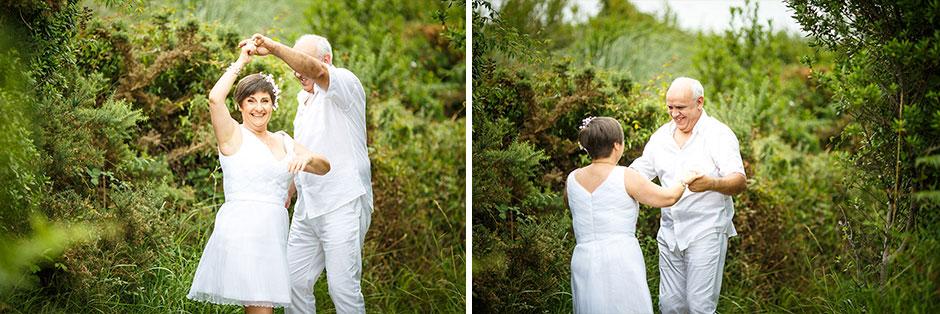 pareja bailando y sonriendo montaje en un reportaje de pareja con fotografo de bodas en guipuzcoa