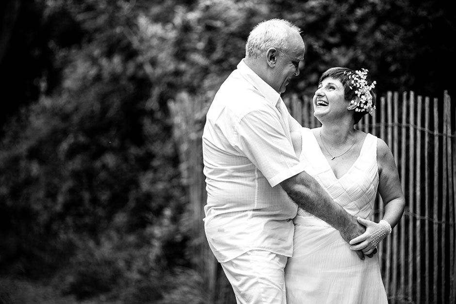 sonrisas entre parejas en blanco y negro en un reportaje de pareja con fotografo de bodas en guipuzcoa