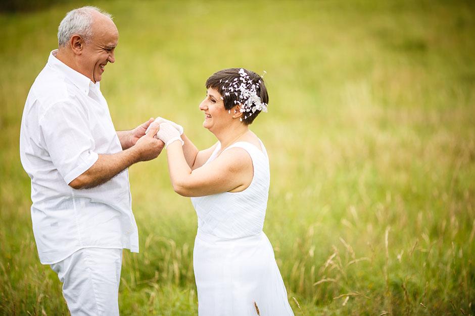 bailando en la hierva en un reportaje de pareja con fotografo de bodas en guipuzcoa