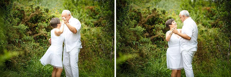 pareja bailando en el monte en un reportaje de pareja con fotografo de bodas en guipuzcoa