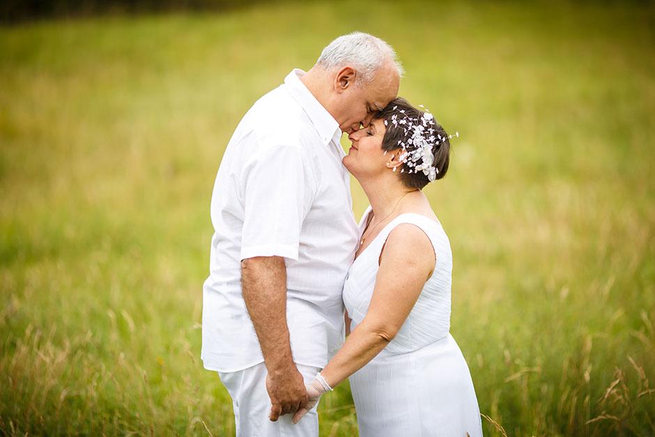 pareja de 25 años casados novio le besa a la novia en la nariz