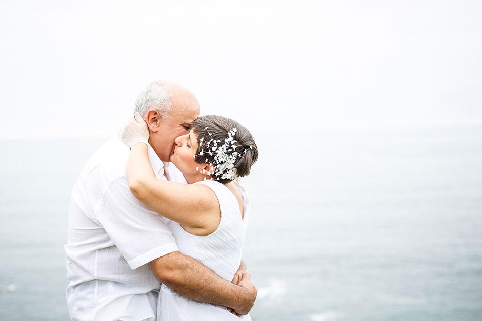 abrazo romántico entre una pareja en un reportaje de pareja con fotografa de bodas en guipuzcoa