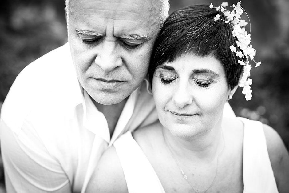 pareja de novios con los ojos cerrados en un reportaje de pareja con fotografa de bodas en guipuzcoa