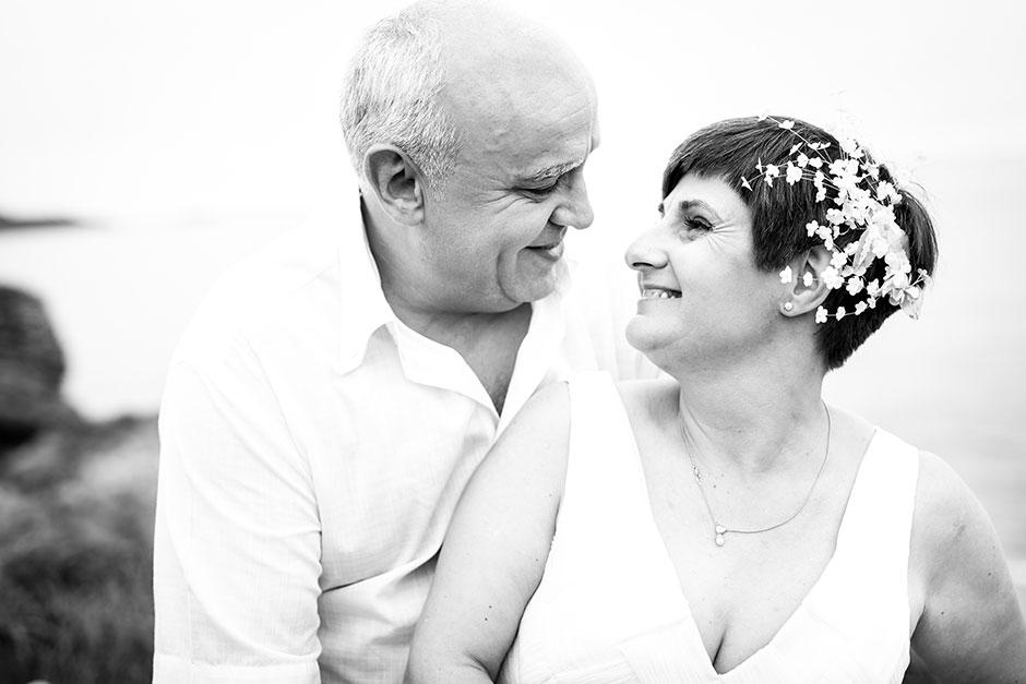 pareja mirandose fijamente en los ojos en un reportaje de pareja con fotografa de bodas en guipuzcoa