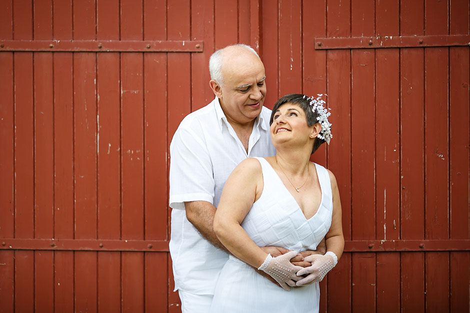 fotografia de pareja en una puerta roja en el monte en un reportaje de pareja con fotografo de bodas en guipuzcoa
