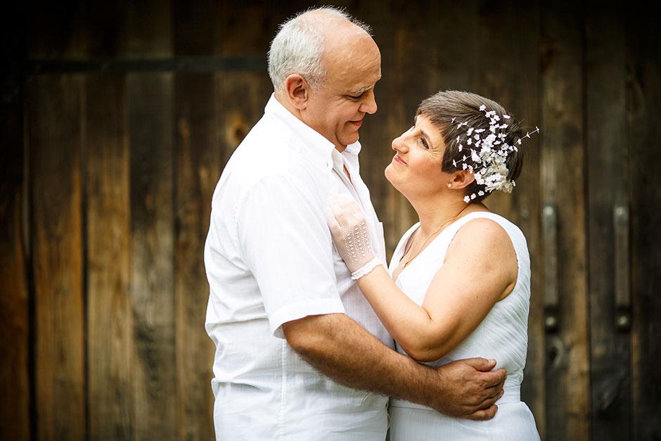 miradas de cariño y amor entre una pareja en un reportaje de pareja con fotografo de bodas en guipuzcoa