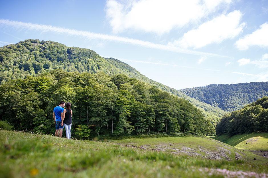 paisaje precioso con una pareja encantadora mirandose fijamente en irun gipuzkoa reportaje de boda