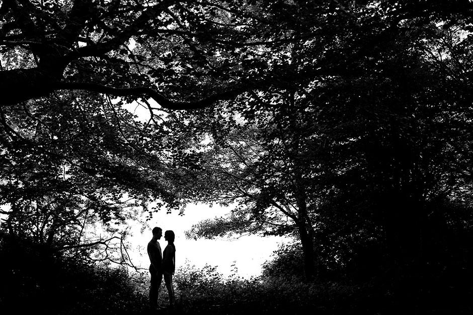 contraluz de una pareja en un reportaje de pareja