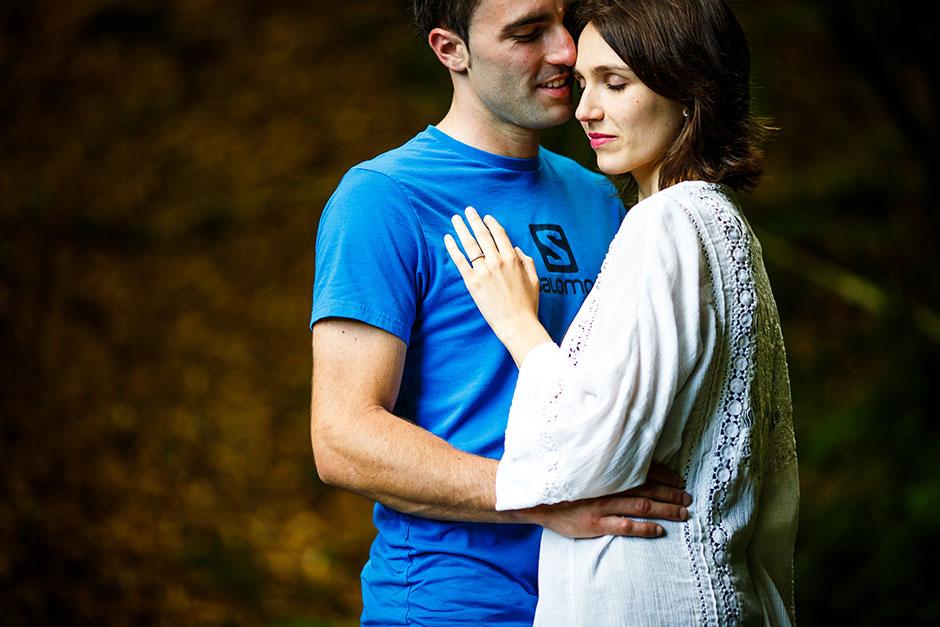 pareja de novios acaramelados en un reportaje de pareja en el embalse de leurtza