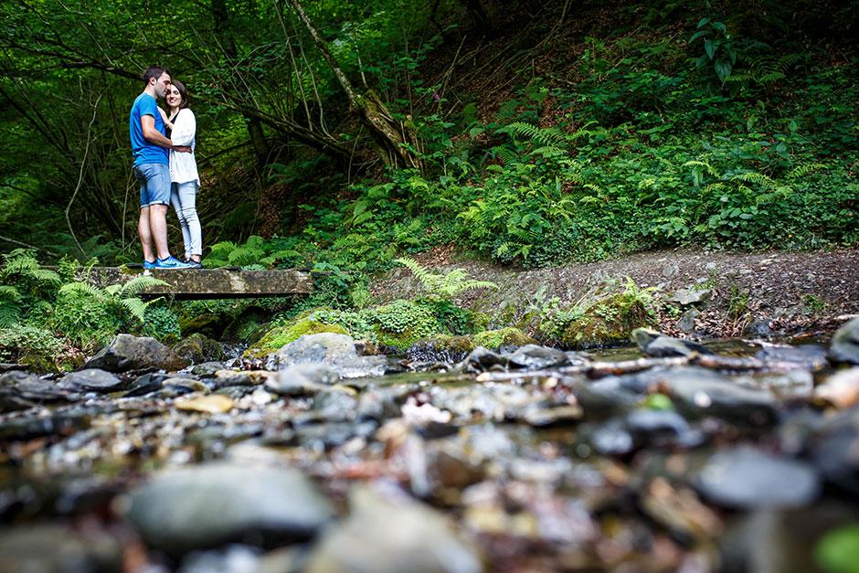 reportaje de pareja novios abrazados en un rio del embalse fotografo de bodas en guipuzcoa