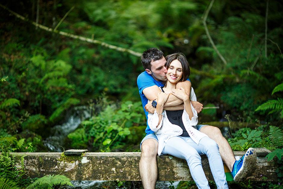 abrazo oso de una pareja en un embalse irun guipuzcoa