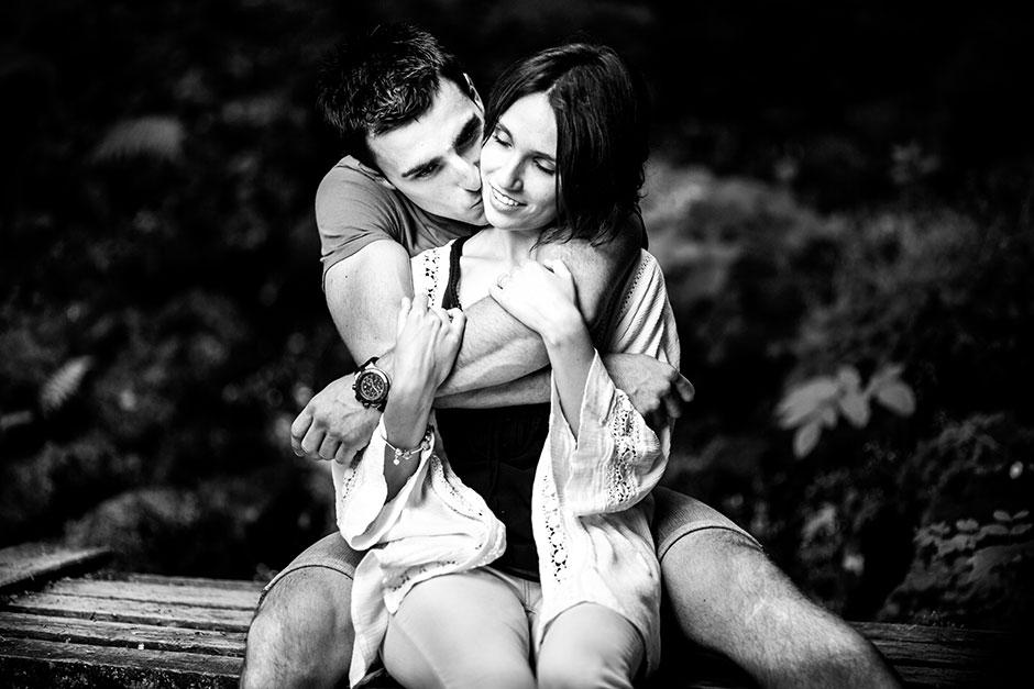 pareja de novios sentados en un puente y abrazados fotografa de bodas en guipuzcoa
