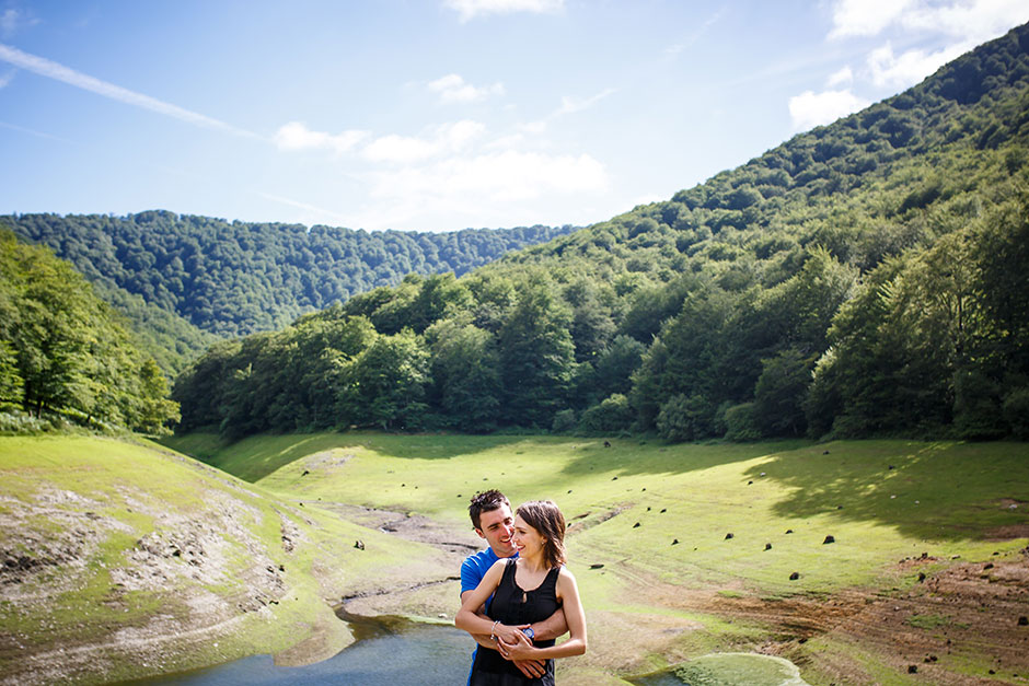 pareja con abrazo oso en un paisaje precioso en el embalse de leurtza fotografo de bodas en pais vasco