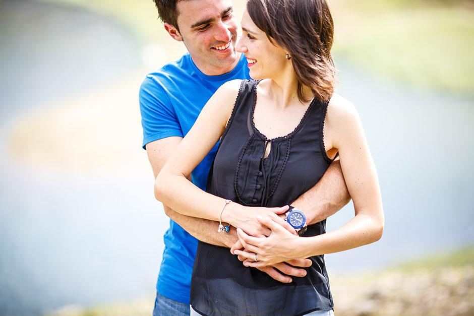 abrazo cariñoso en un reportaje de pareja en el embalse de urrotz reportaje de preboda fotografa en irun
