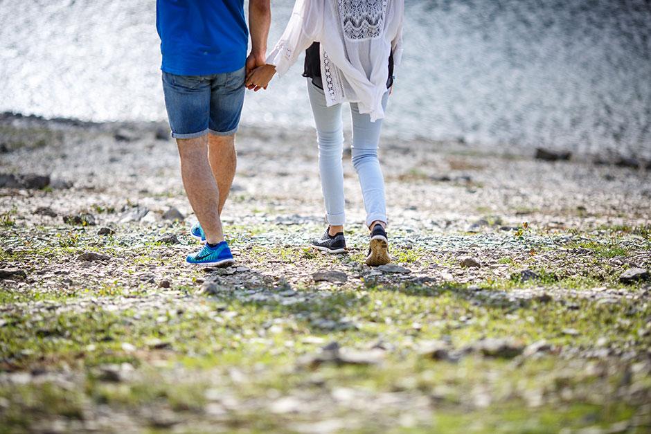 pareja andando por las piedras de la playa reportaje de pareja irun