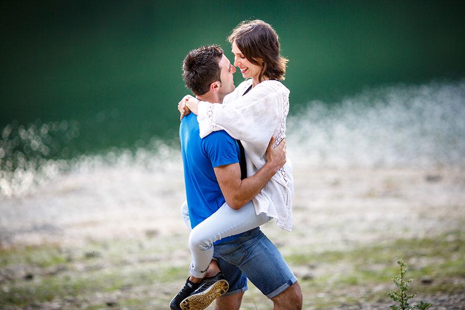 reportaje de pareja en el embalse novia en brazos del novio fotografo de bodas gipuzkoa