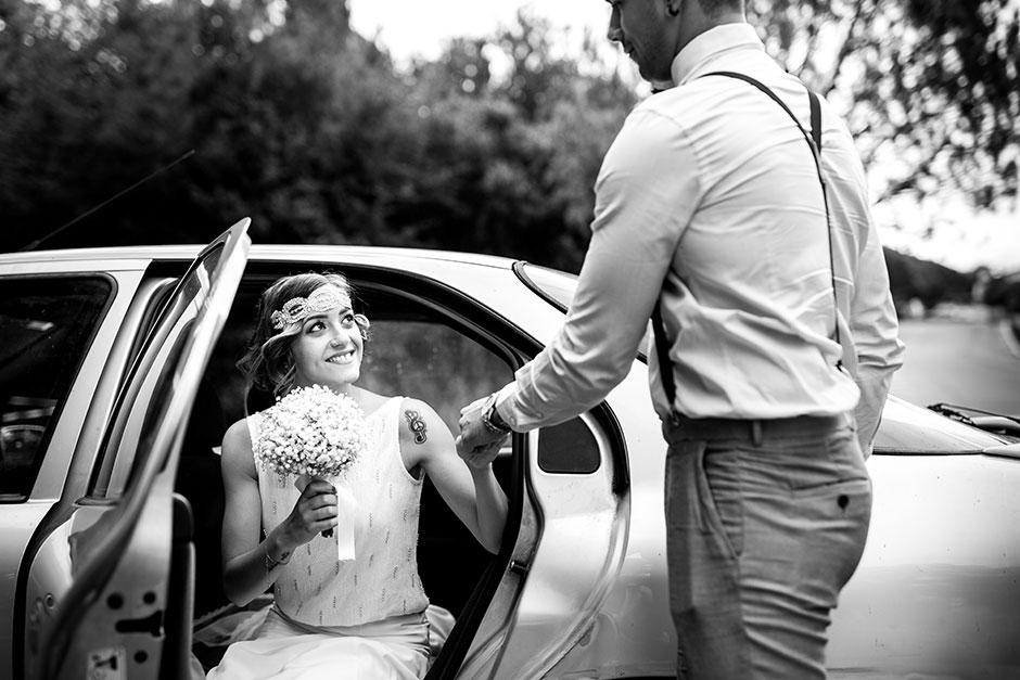 miradas cruzadas en la salida del coche fotografo de bodas guipuzcoa