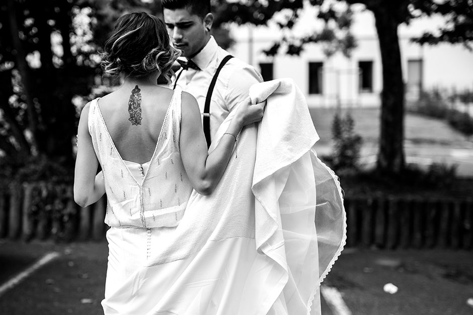 novia agarrando su cola fotografo de bodas guipuzcoa