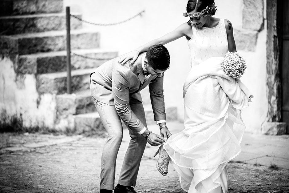 novio atandole el zapato a su novia en un reportaje de boda en irun
