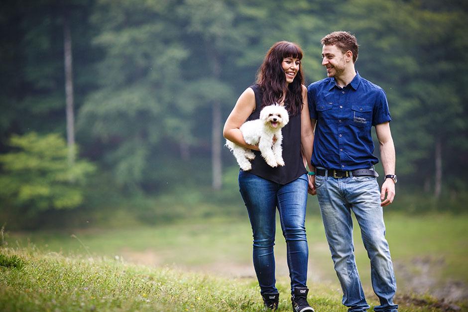 paseando con el perro en brazos en una preboda en navarra