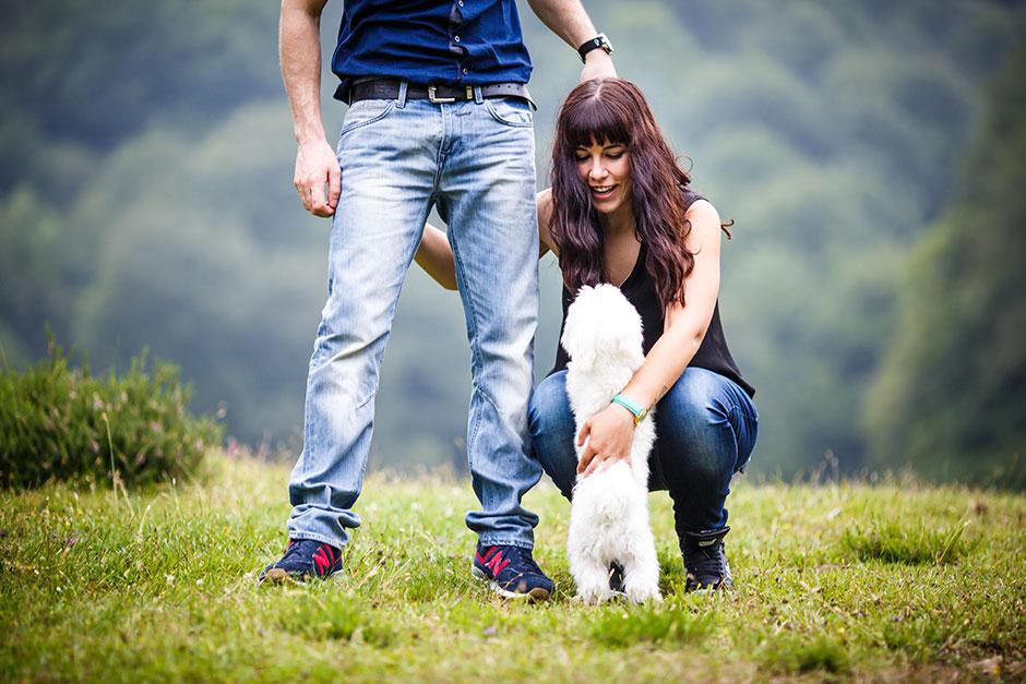 novia acariciando a su perro en una preboda en navarra