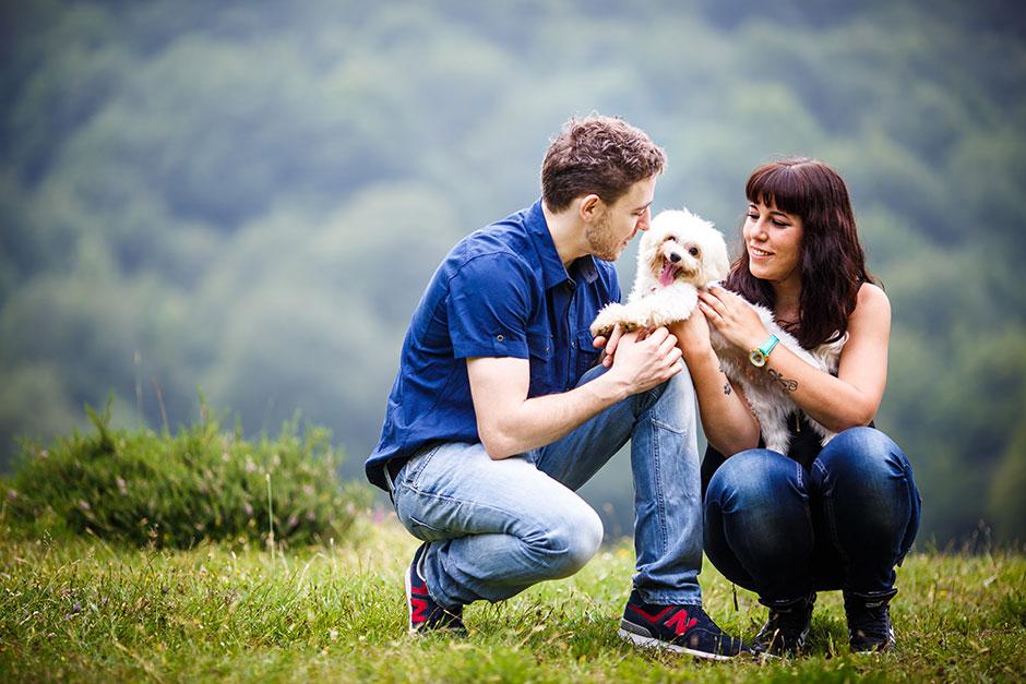 pareja con su perro en una preboda en navarra