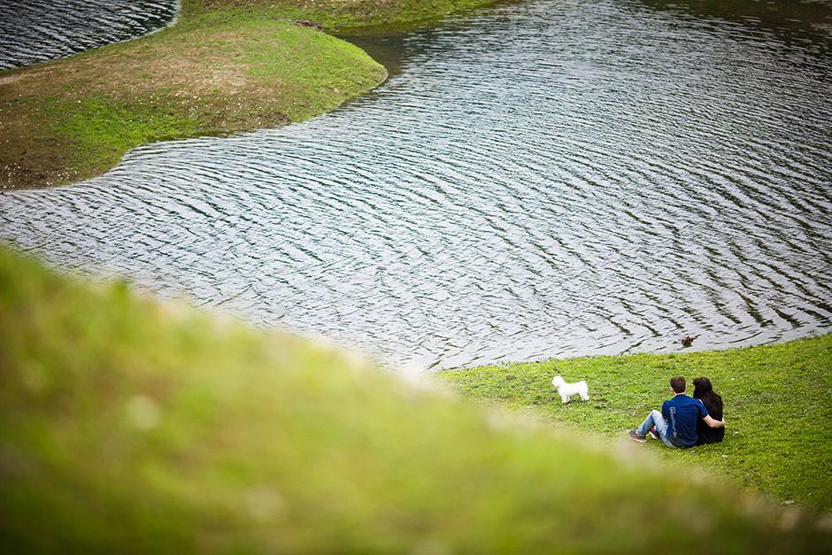 sentados mirando el rio en una preboda en navarra