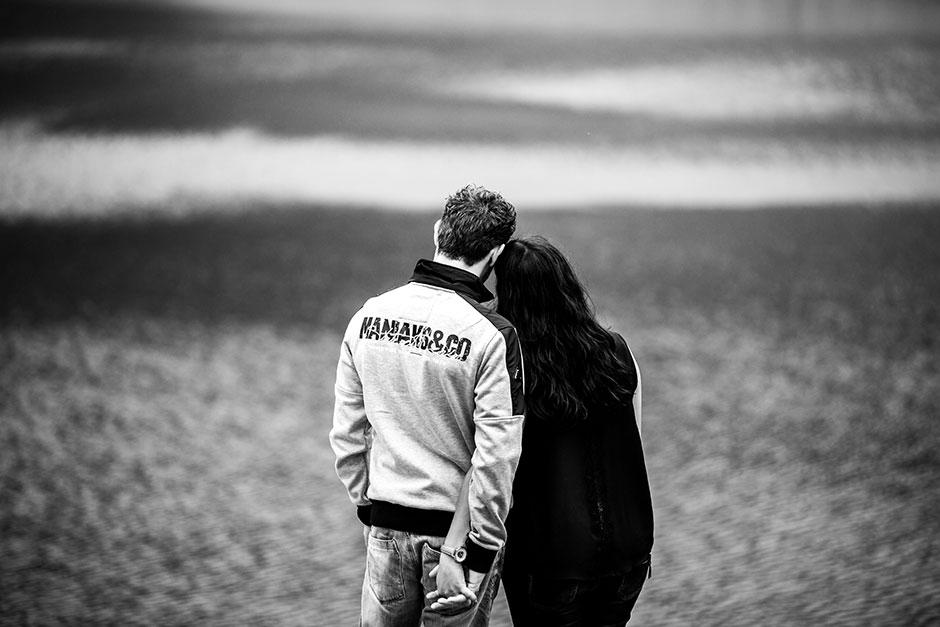 pareja de espaldas dada la mano en una preboda en navarra
