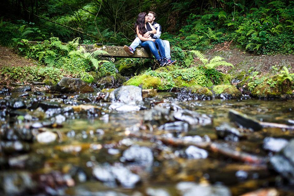 pareja abrazada en un rio en una preboda en navarra