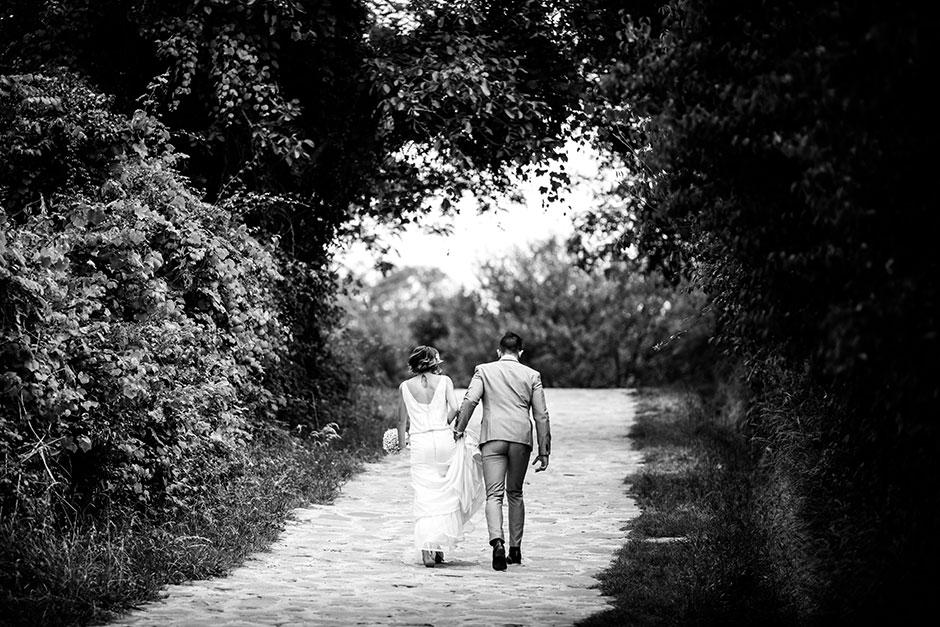 paseo de pareja en un reportaje de boda en irun