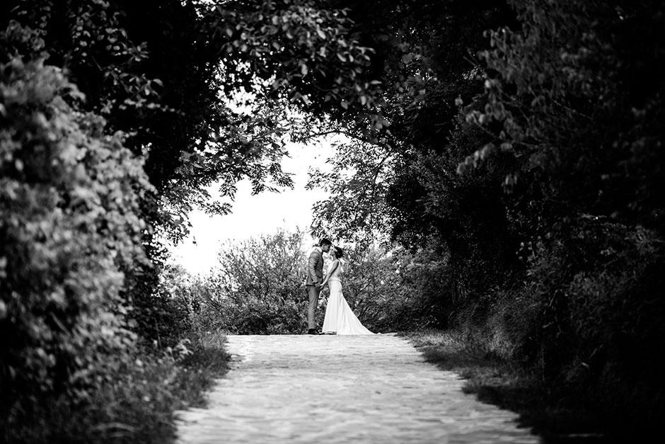 retrato lejos de unos novios en un reportaje de boda en irun