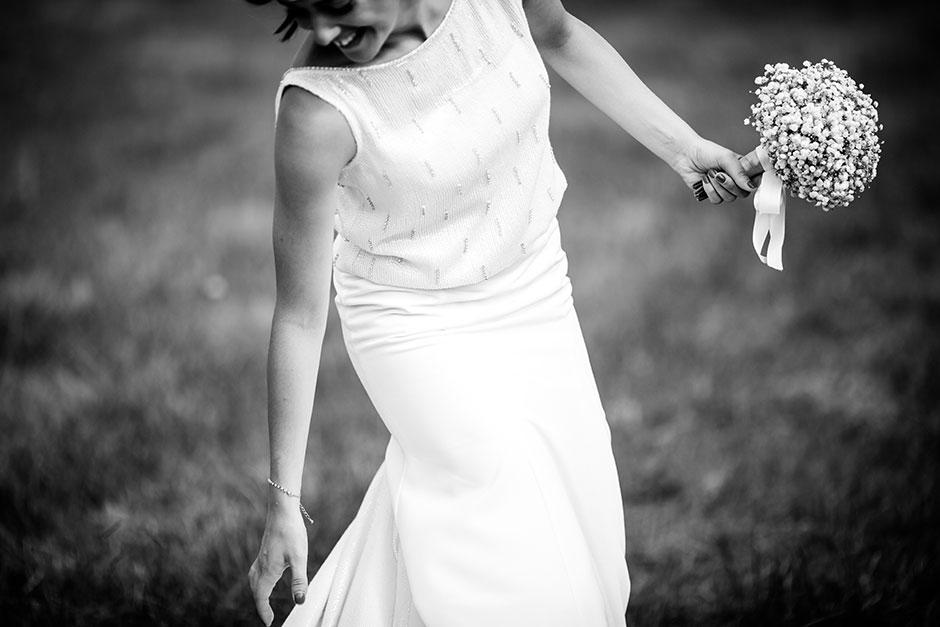 novia agarrandose la cola del vestido en un reportaje de boda en irun