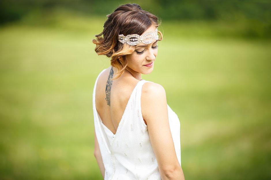 retrato de espalda donde se ve un tatuaje en un reportaje de boda en irun