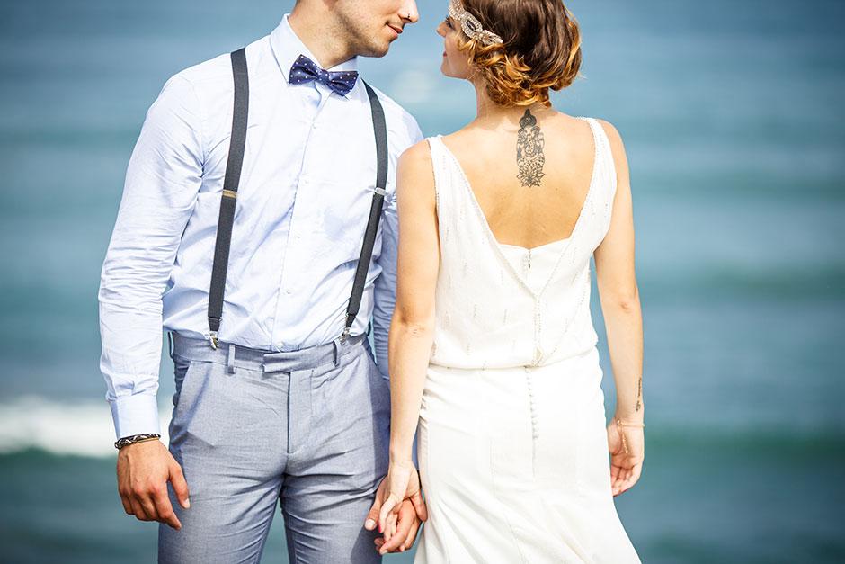 miradas enlazadas de unos novios en un reportaje de boda fotografo de bodas en guipuzcoa